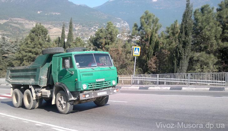 Камаз едет по дороге