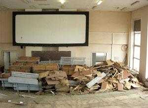 Строительный мусор при ремонте кинотеатра